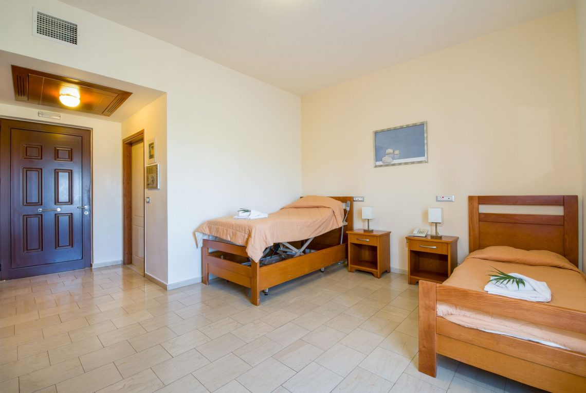 twin room with medical bed
